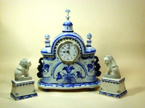 blue and white delft clock showing 9:00
